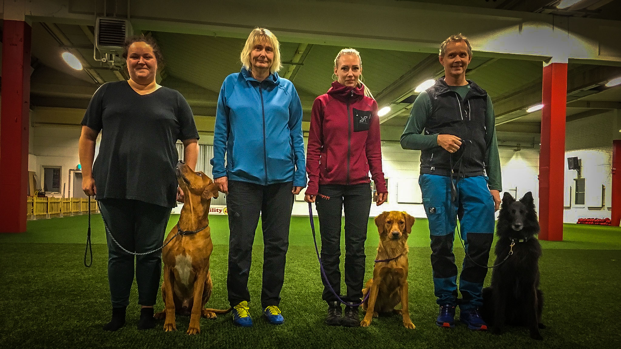 Kira och Julia Gunnarsson, 1:a placering med 188,5 poäng i Kungsör. Bredvid, domare Maria Brandel.